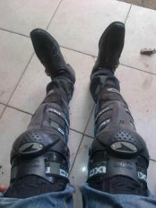 sepatu gak matching wkwkwk
