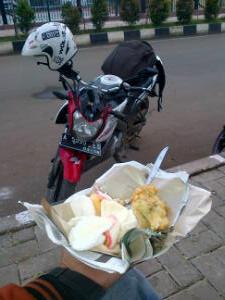 makan nasi uduk di alun2 kota serang
